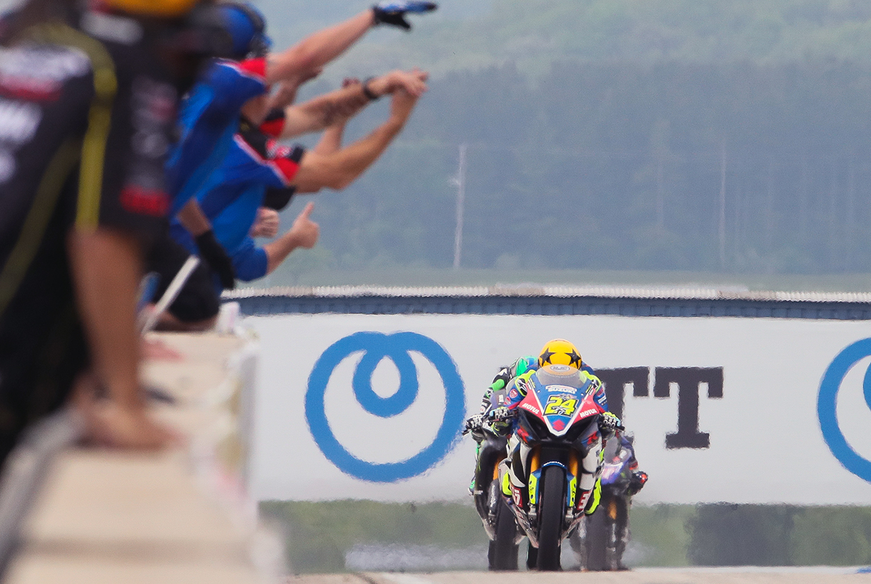 The Yoshimura Team celebrates Toni Elias' (#24) victory in Saturday's Superbike race number one - Road America