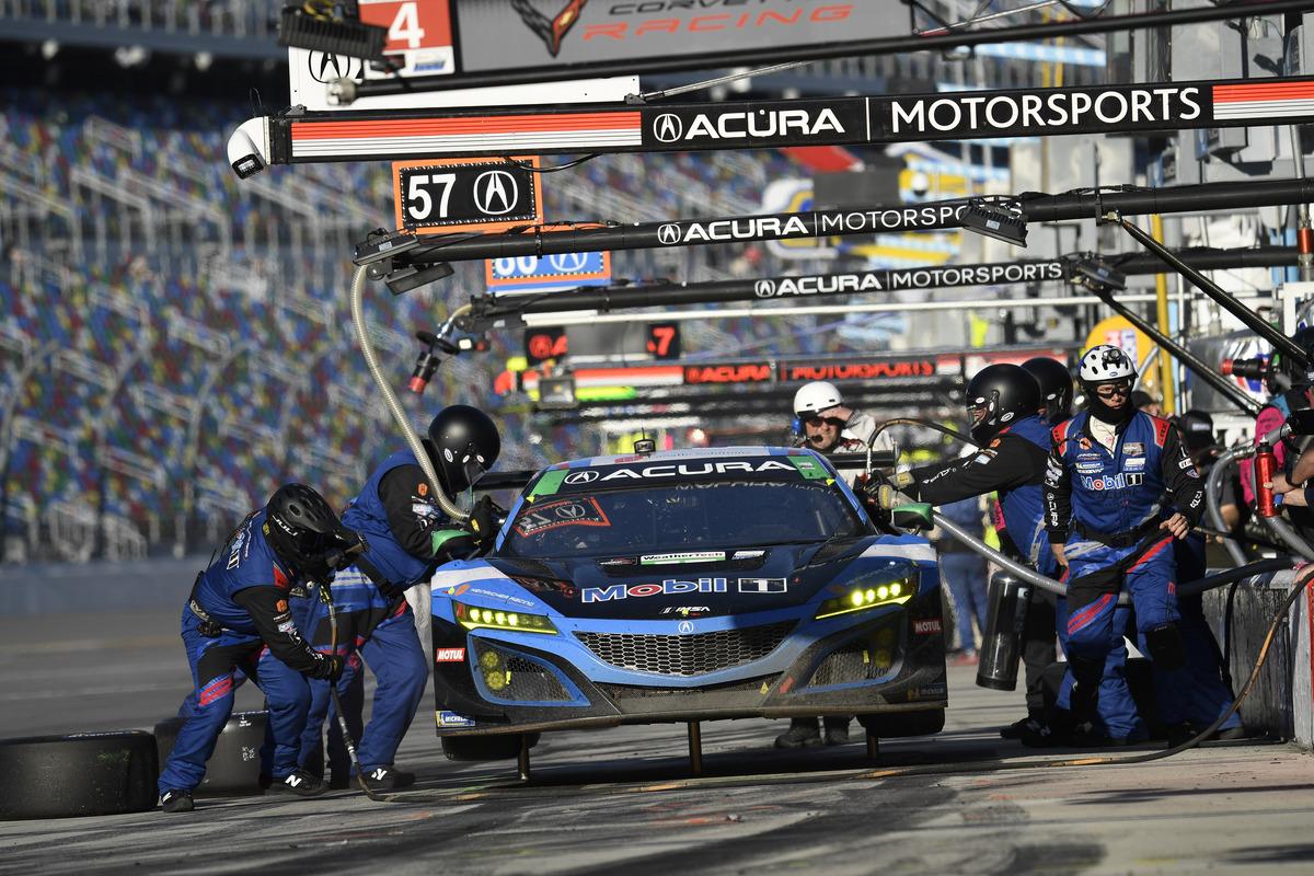 #57 Heinricher Racing w/MSR Curb-Agajanian Acura NSX GT3, GTD: Alvaro Parente, Misha Goikhberg, Trent Hindman, AJ Allmendinger - pit stop