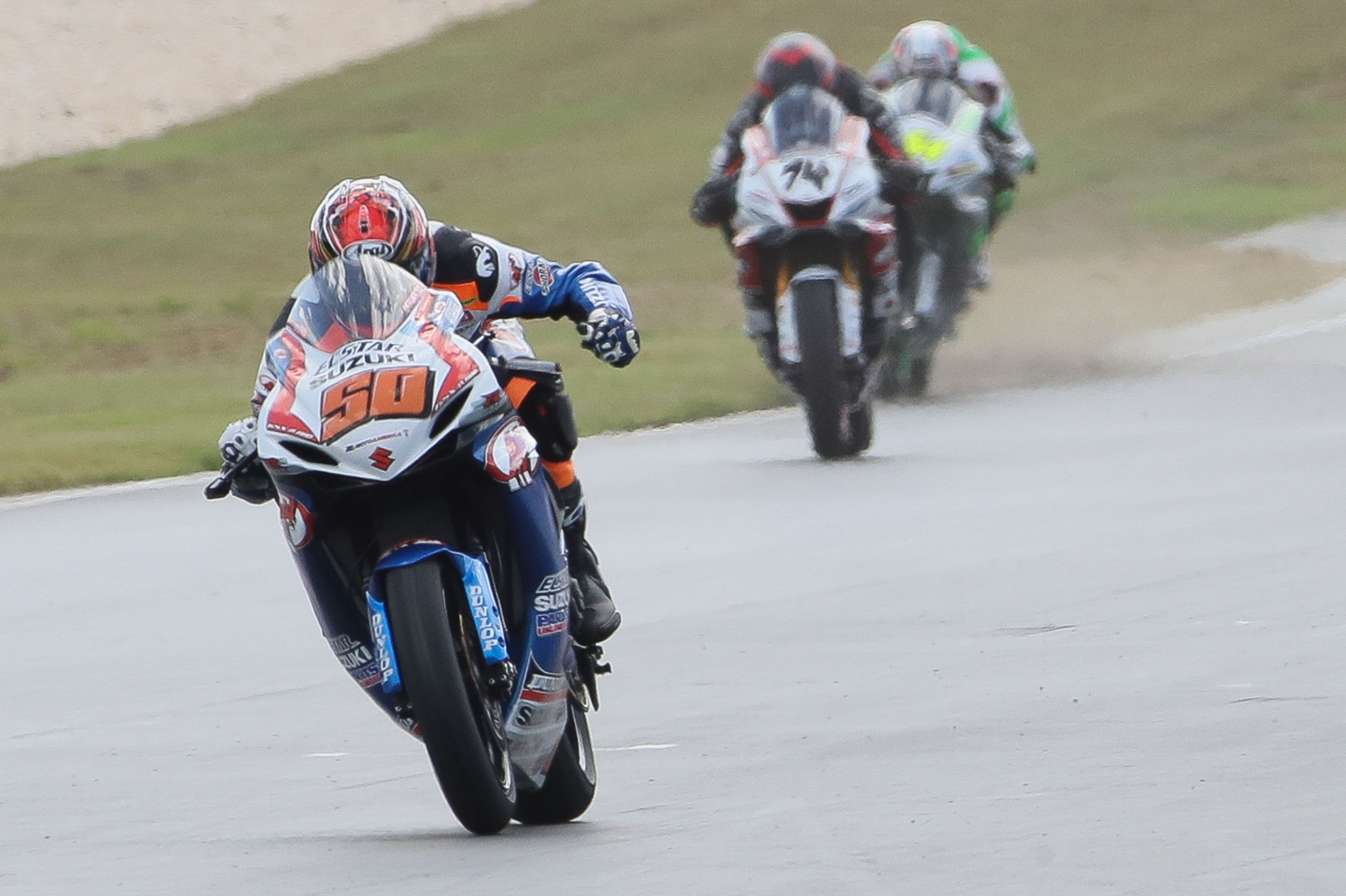 200204 Fong crossing the finish line at Barber Motorsports Park to win the 2019 MotoAmerica Supersport Championship