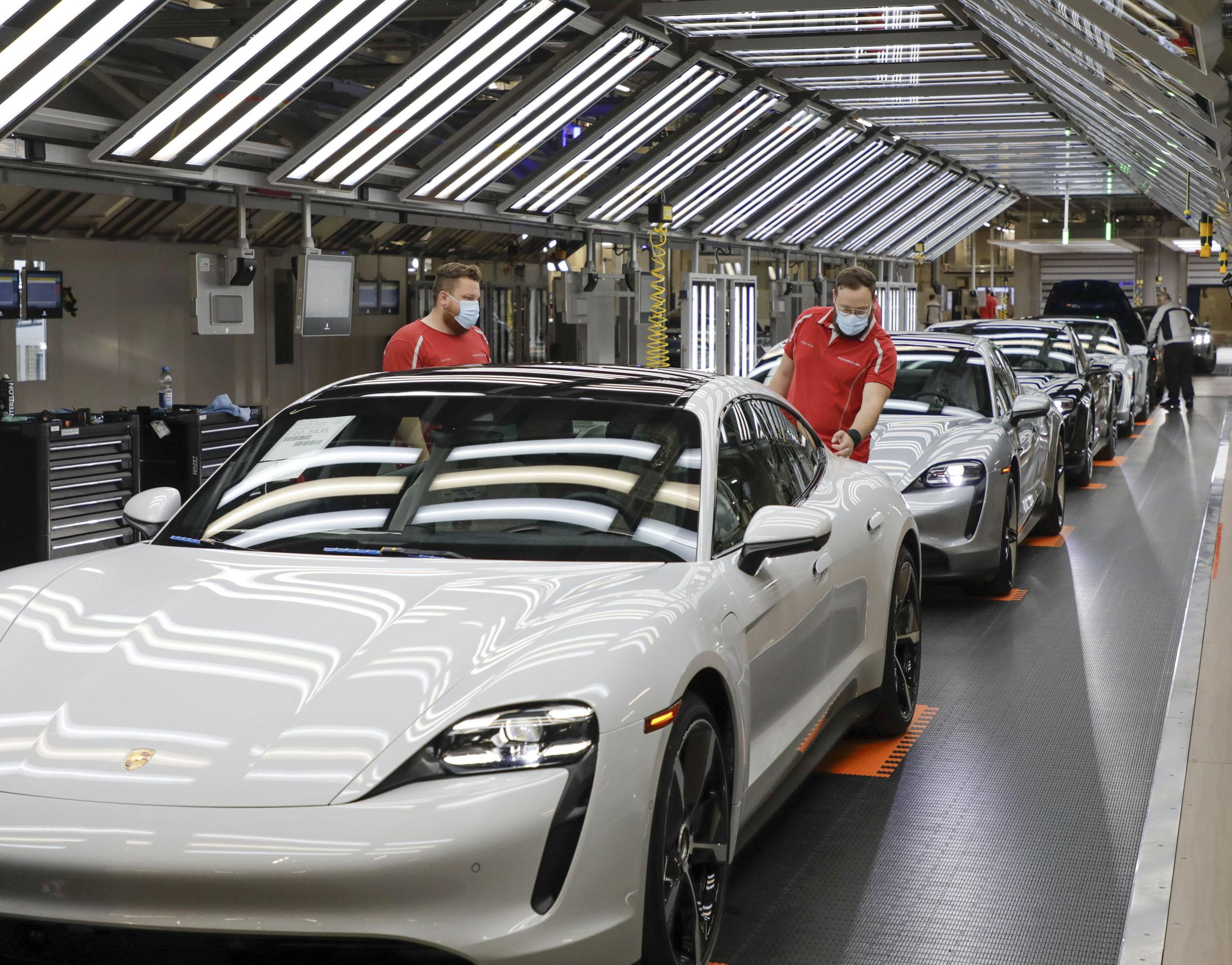 200429 Porsche is manufacturing sports cars again (1)