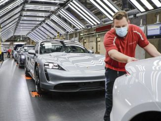 200429 Porsche is manufacturing sports cars again (678)
