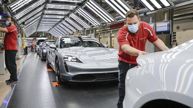 200429 Porsche is manufacturing sports cars again (678)