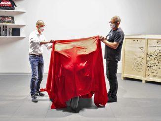 200627 Superleggera V4 #001 delivery - C. Domenicali (Ducati CEO) & Filip Van Schil (678)