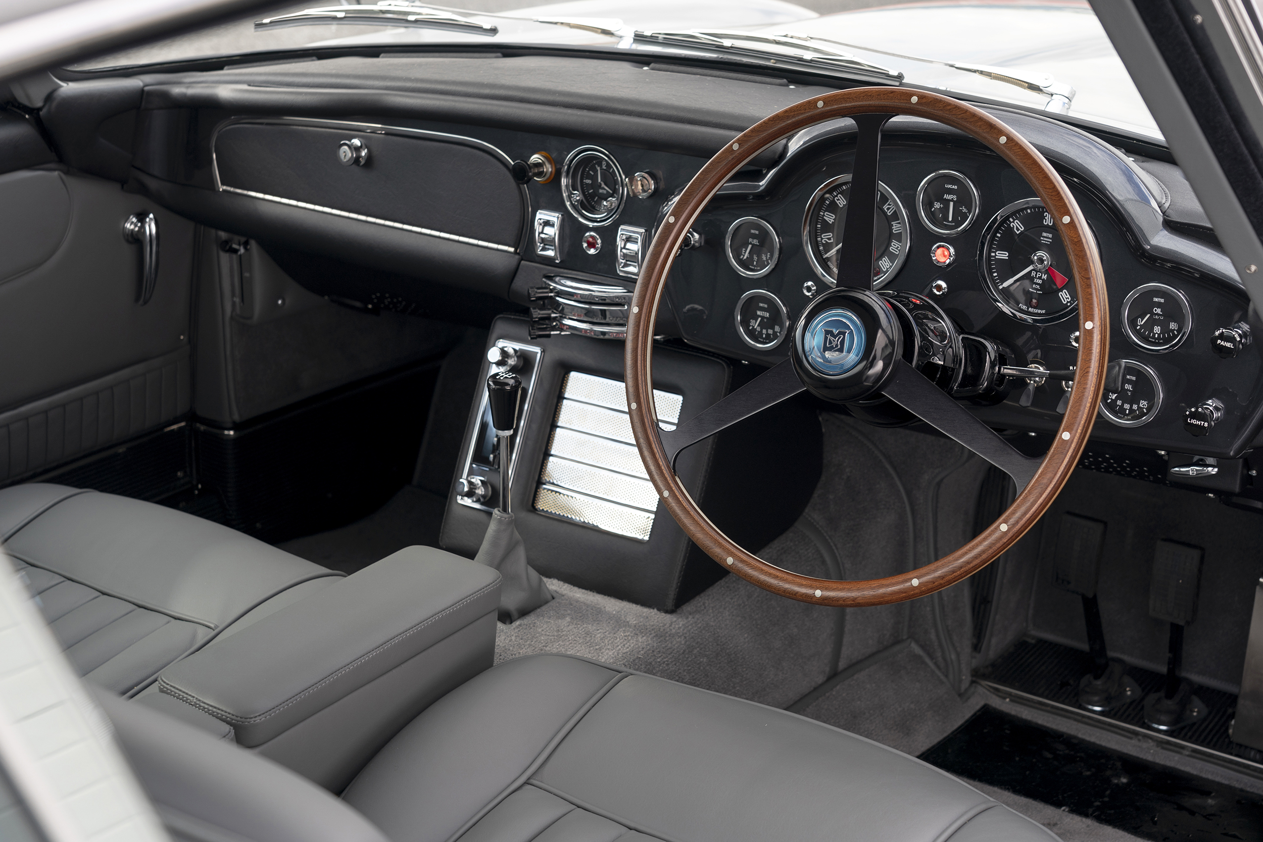 Aston_Martin_DB5_Goldfinger_Continuation(2)