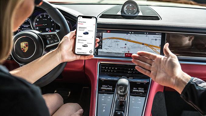 Customer explores the Porsche Drive app (678)