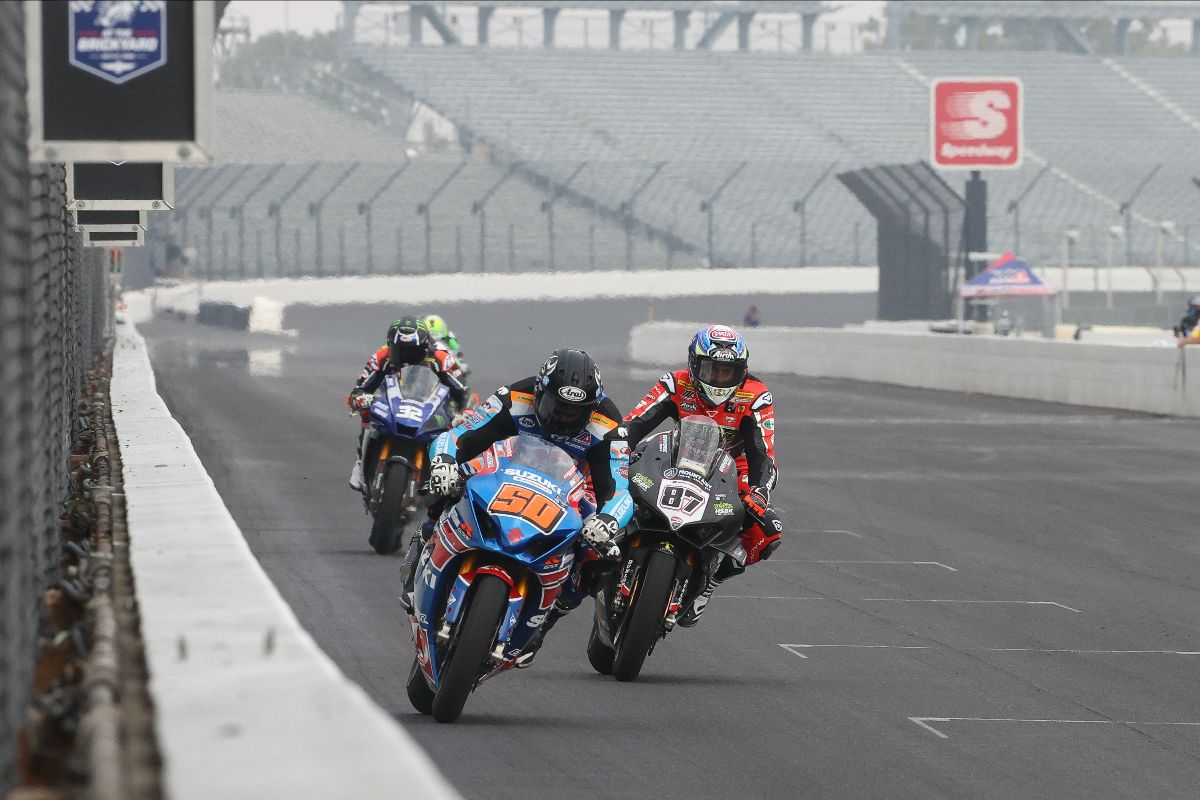 201012 Bobby Fong (50) and Lorenzo Zanetti (87) split the two HONOS Superbike races on Sunday
