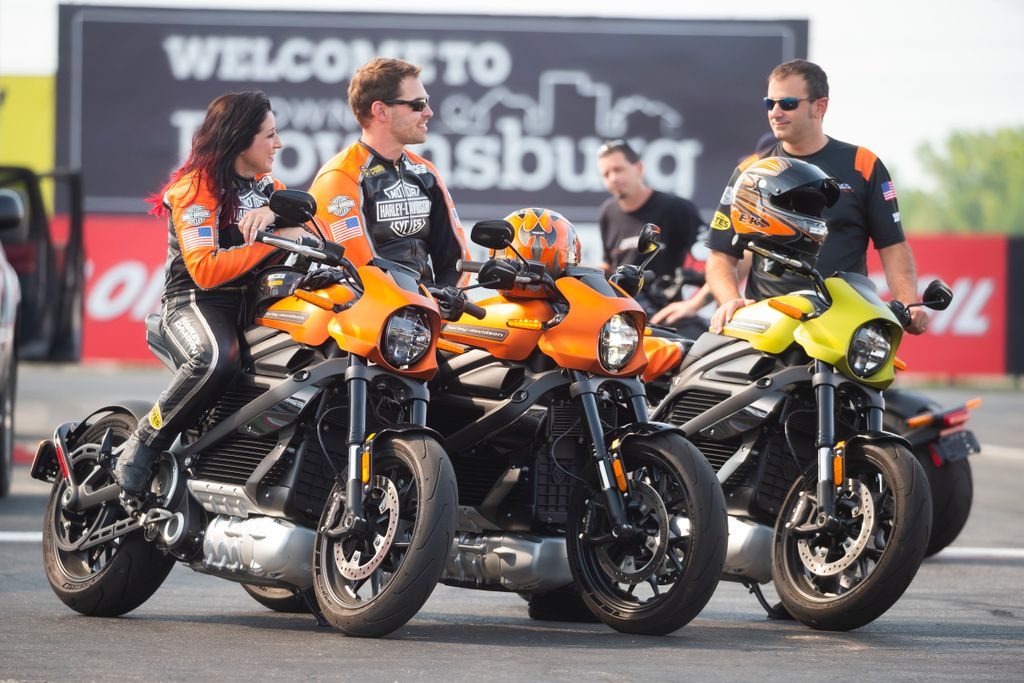 """201029 HARLEY-DAVIDSON® LIVEWIRE® MOTORCYCLE SHOWS THE THRILLS OF DRAG RACING'S FUTURE IN """"SCIENCE OF SPEED"""" (2)"""