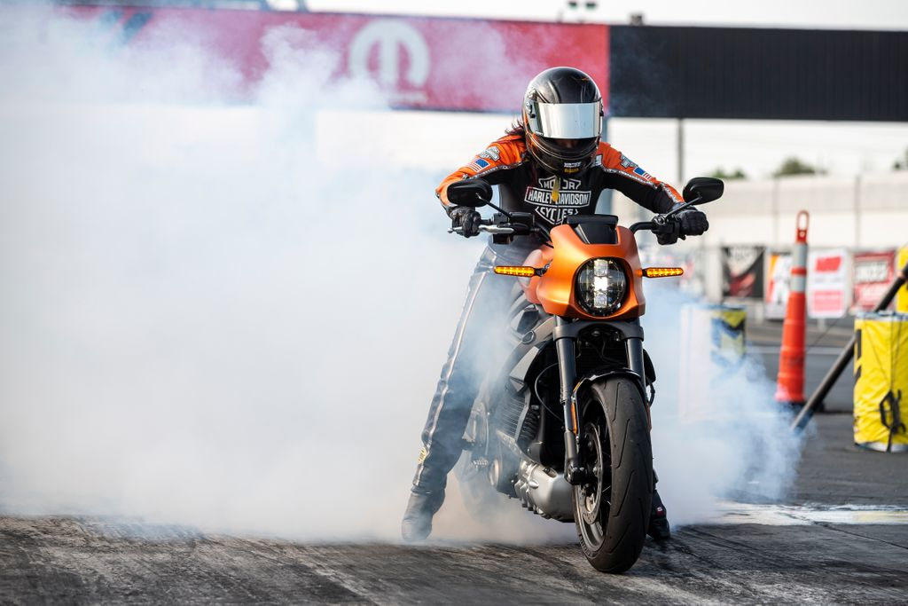 "201029 HARLEY-DAVIDSON® LIVEWIRE® MOTORCYCLE SHOWS THE THRILLS OF DRAG RACING'S FUTURE IN ""SCIENCE OF SPEED"" (3)"