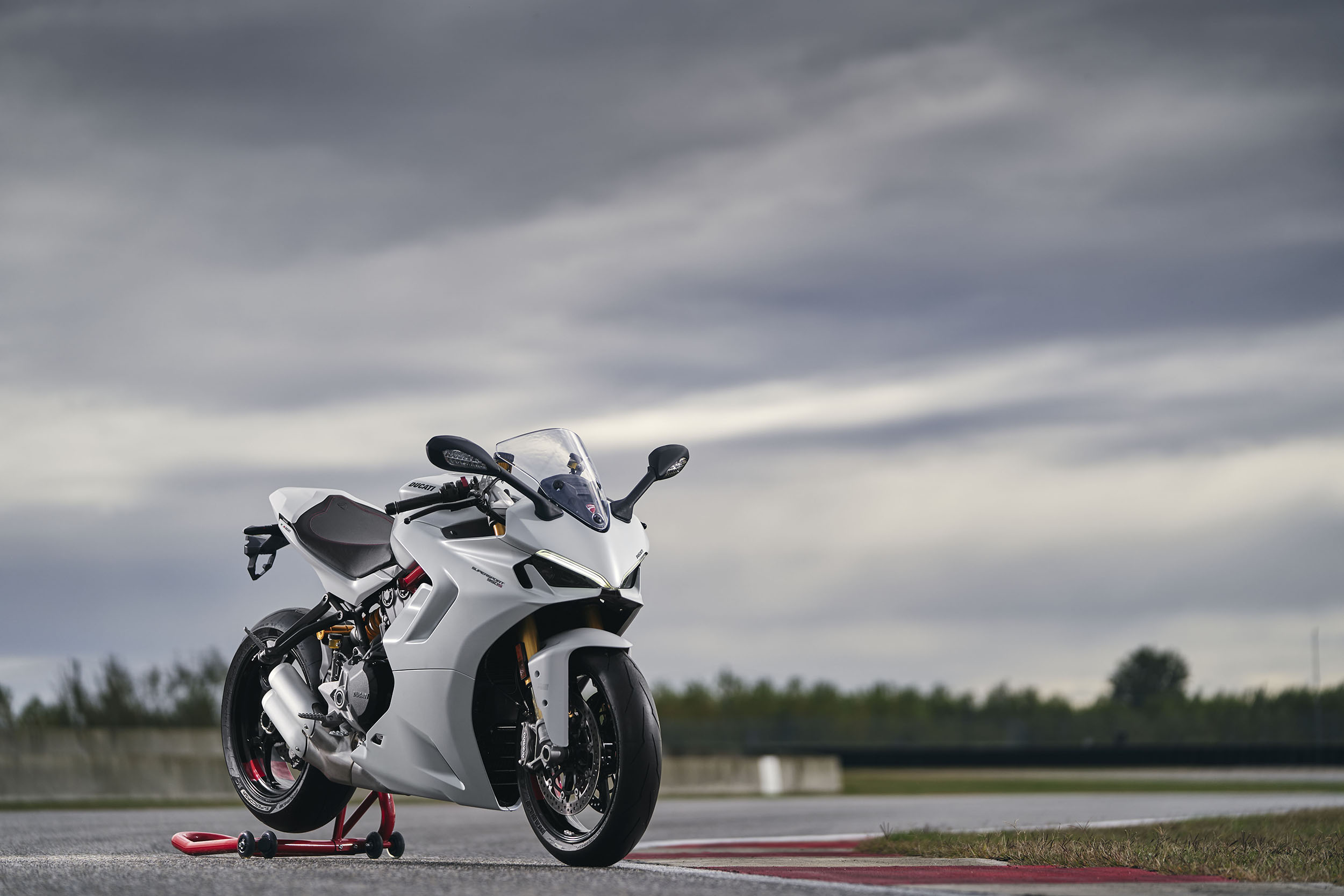 2021 DUCATI_SUPERSPORT_950_S_AMBIENCE _19__UC210970_High