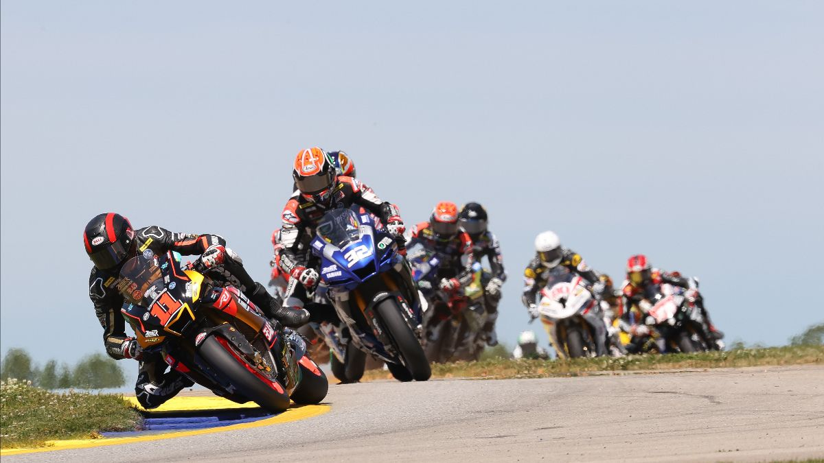 210501 Mathew Scholtz (11) leads Jake Gagne (32) and the rest of the HONOS Superbike pack