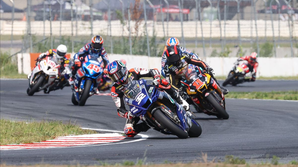 210801 Jake Gagne (32) leads Mathew Scholtz (11), Bobby Fong (hidden) and Cameron Petersen (45) on the opening lap