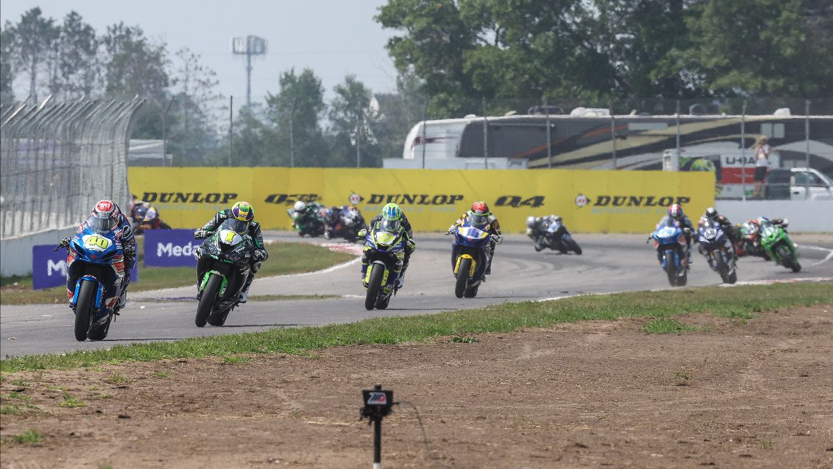 210801 Sean Dylan Kelly (40) leads Richie Escalante (1), Rocco Landers (97) and the rest of the Supersport pack