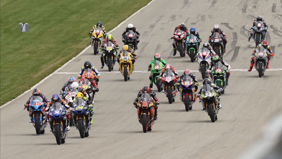 210816 The HONOS Superbike pack drops the hammer at the start of Sunday's race at Pitt Race