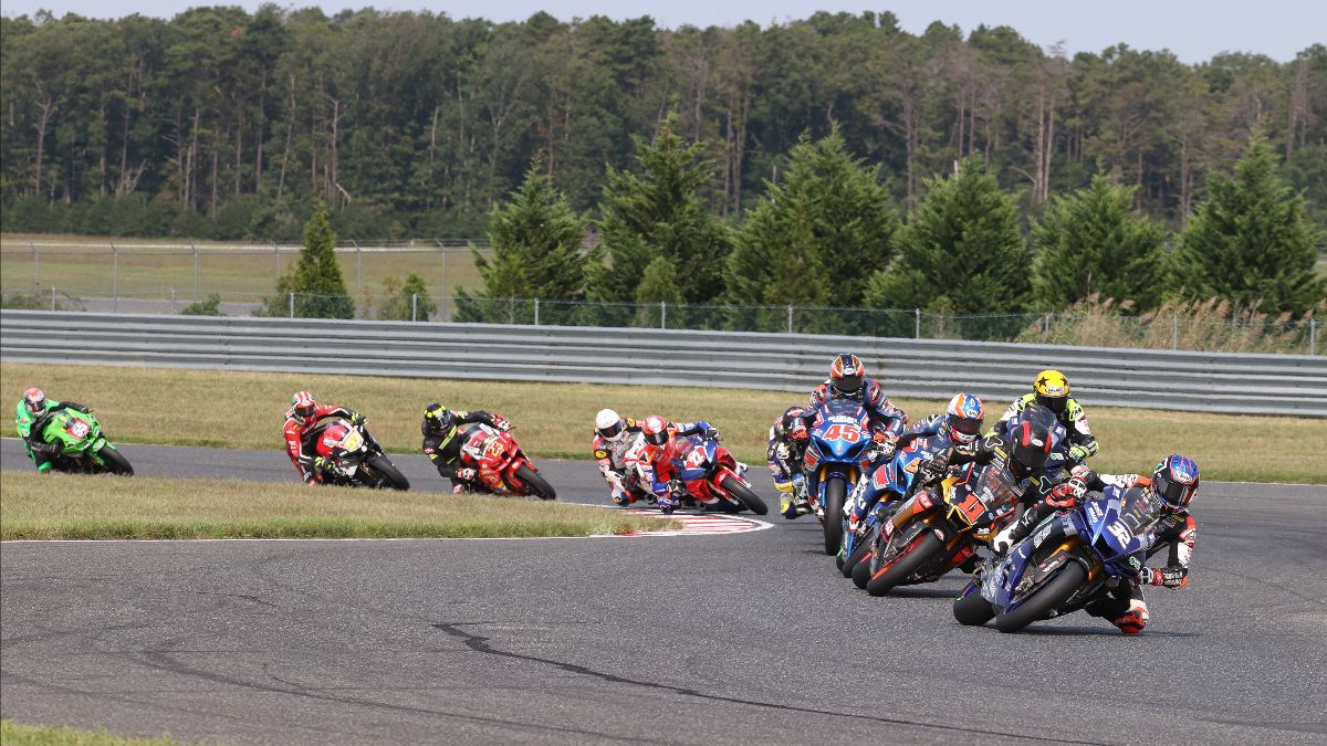 210913 Jake Gagne (32) leads Mathew Scholtz (11) and the Superbike pack