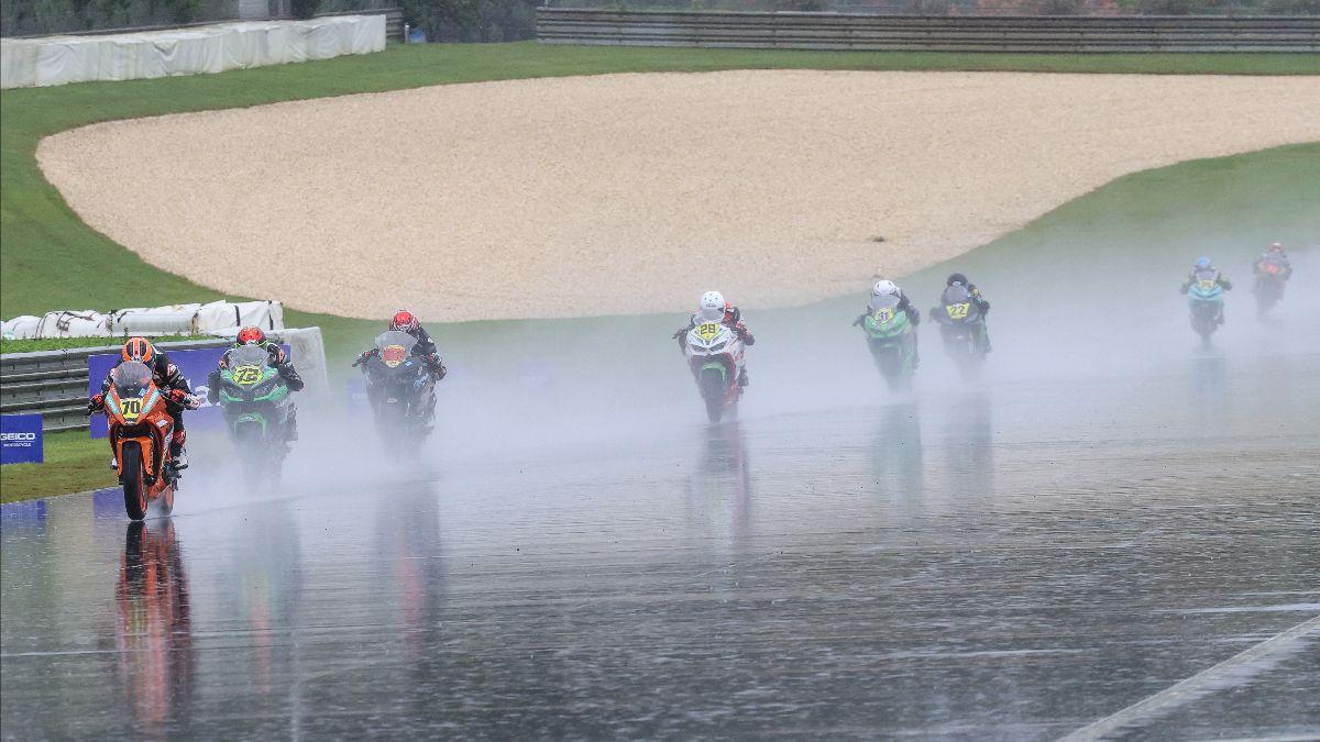 210920 Tyler Scott leads Ben Gloddy and the rest of the SportbikeTrackGear.com Junior Cup race